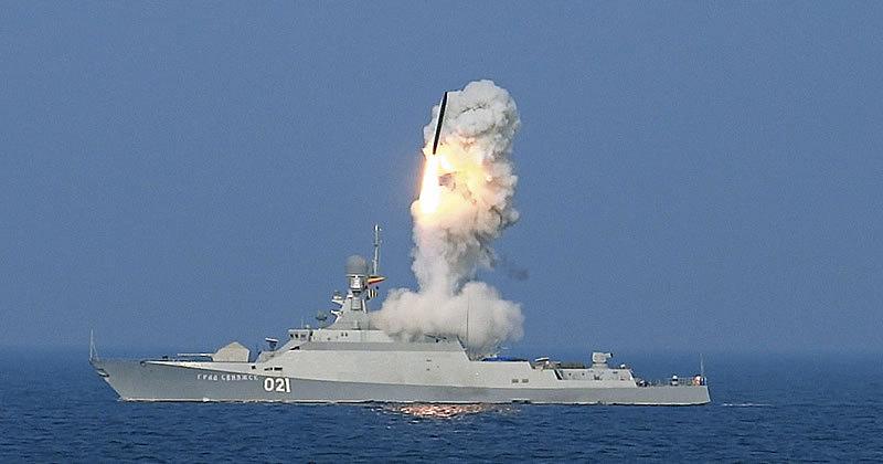 Запуск крылатой ракеты во время операции ВС РФ в Сирии с корабля