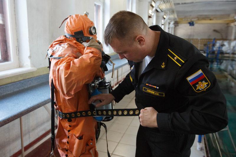 Тренировка водолазов в НИИ спасания и подводных технологий ВУНЦ ВМФ РФ