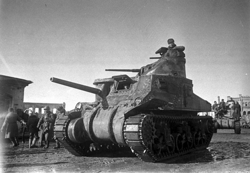 Советские войска на американских средних танках M3 «Генерал Ли» вступают в освобожденный город Вязьма.