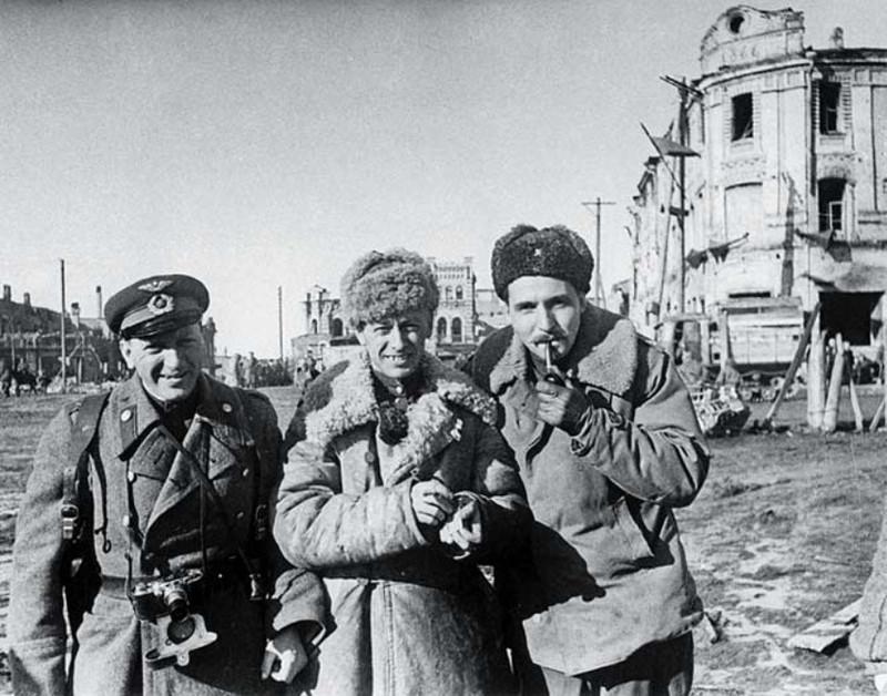 Фотокорреспондент Б. Цейтлин, кинооператор Р. Кармен и писатель К. Симонов на улице освобожденной Вязьмы. 1943 год.
