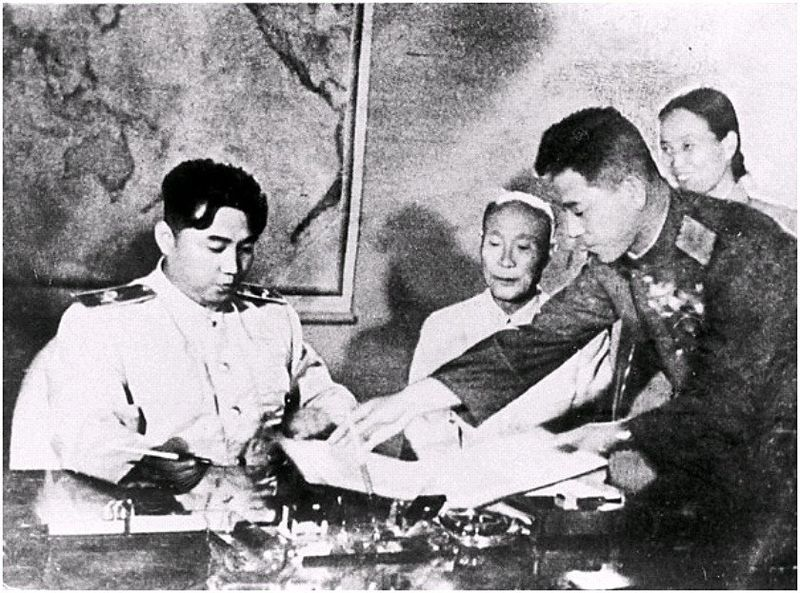 Лидер КНДР Ким Ир Сен подписывает соглашение о перемирии