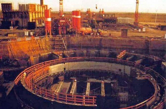 Поврежденный реактор после бомбардировки