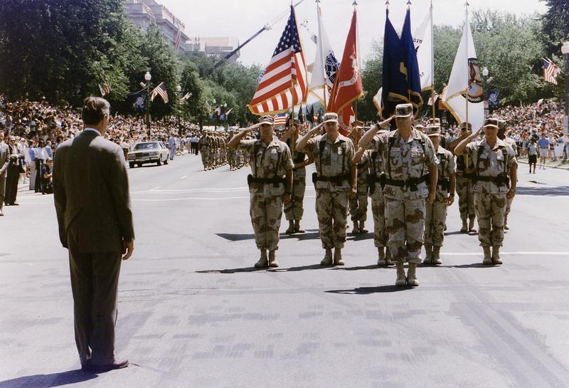 Президент Буш принимает парад по завершении операции «Буря в пустыне» в 1991 году.