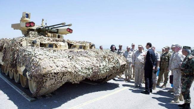 Начальник Генштаба Вооружённых сил РФ Валерий Герасимов и президент Сирии Башар Асад осматривают БПМТ «Терминатор-2».