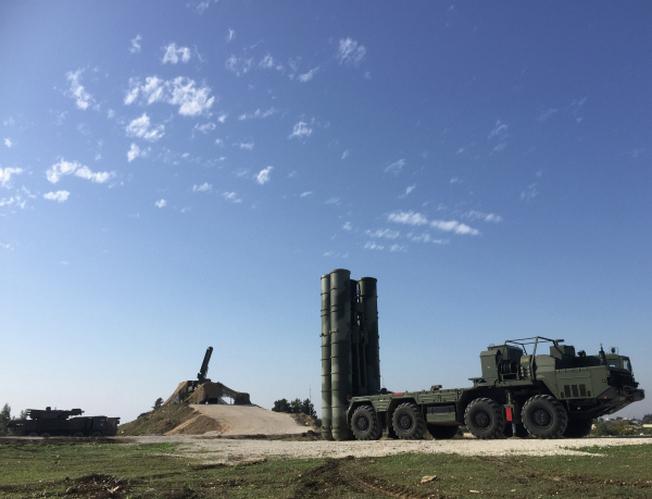 Зенитно-ракетный комплекс С-400 на боевом дежурстве на российской авиабазе Хмеймим