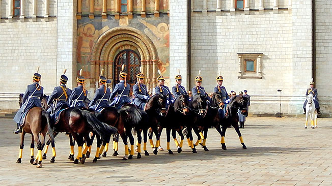 В Кремле бойцы с шашками гарцуют на конях в «гольфиках»