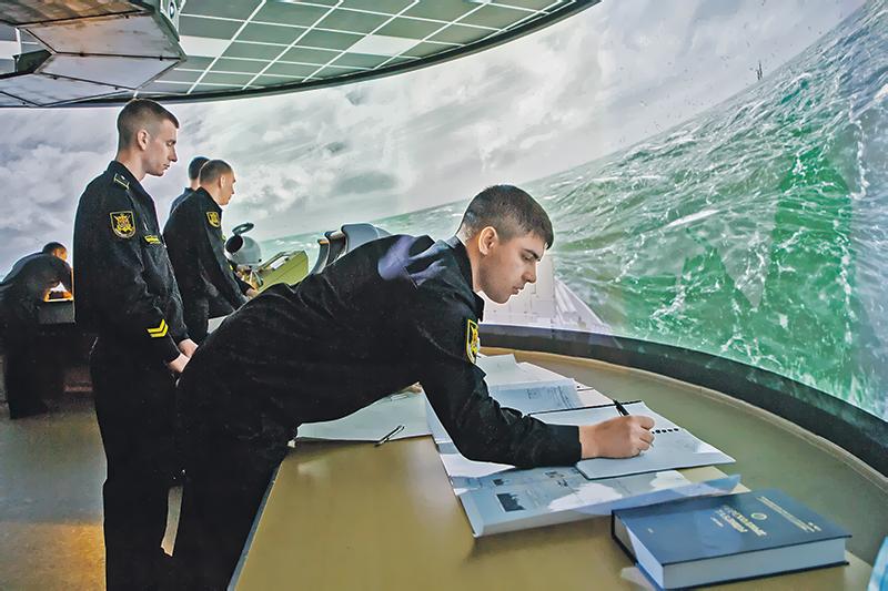 На учебном ходовом мостике корабля.