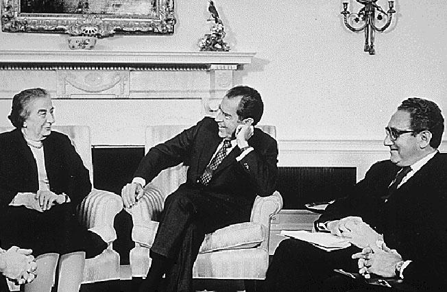 Президент США Ричард Никсон не замечает, а премьер-министр Израиля Голда Меир не признает наличие ядерного оружия.