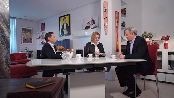 Елена Вавилова и Андрей Безруков показываютПавлу Веденяпину фотографии