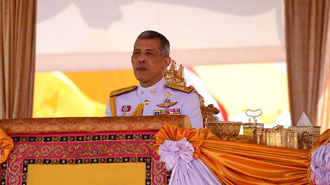 Король Таиланда обручился с генералом гвардии