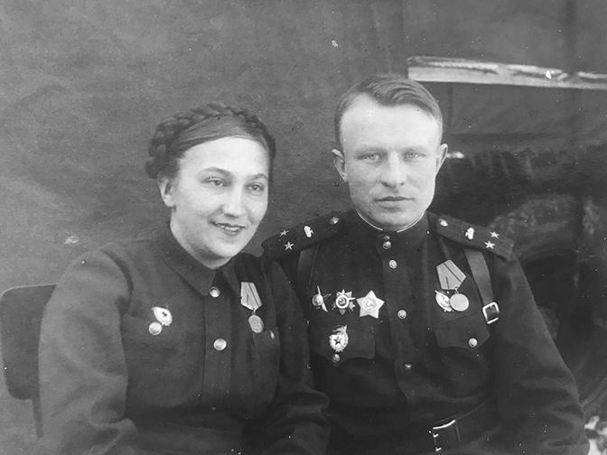 Будущий маршал бронетанковых войск О.А.Лосик вместе с супругой Галиной. Весна 1944 года.<figcaption class=