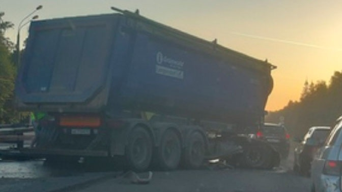 Самосвал протаранил отбойник на Киевском шоссе: движение в сторону Москвы заблокировано