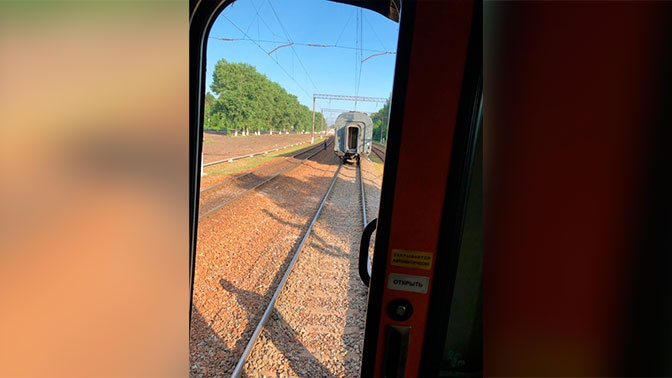 От пассажирского поезда, следовавшего из Брянска в Москву, отцепился вагон