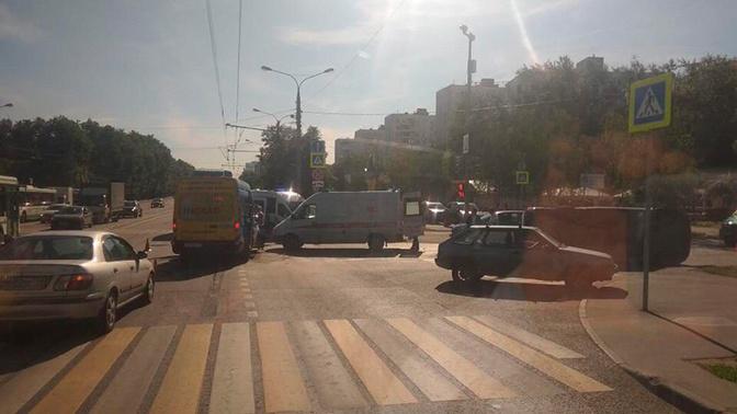 В Москве маршрутка столкнулась с двумя автомобилями