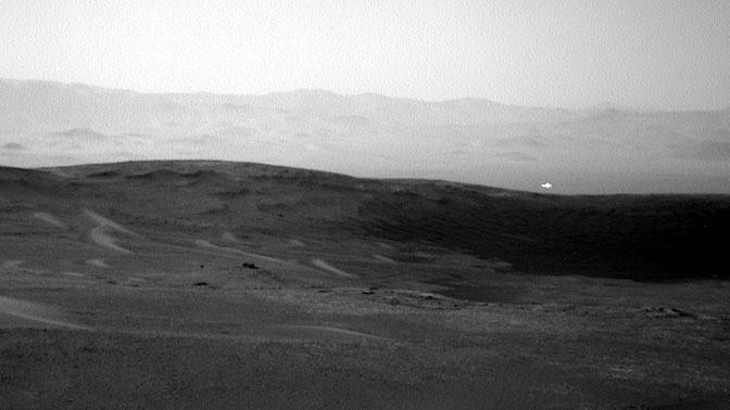 Марсоход запечатлел на Красной планете таинственный белый свет