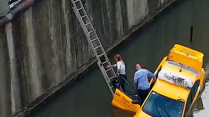 В Москве такси с пассажиром упало в реку
