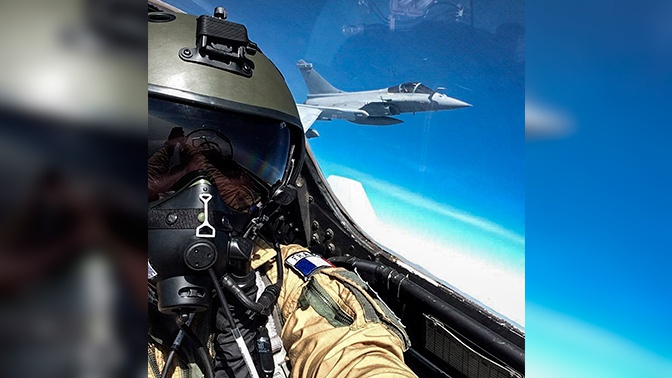 Селфи на скорости 2000 км/ч: французский пилот сделал фото в небе из кабины Су-30МКИ