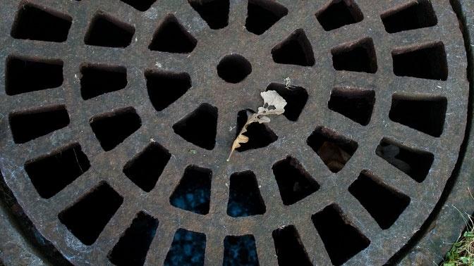 В Москве девушка упала в канализационный люк и пропала
