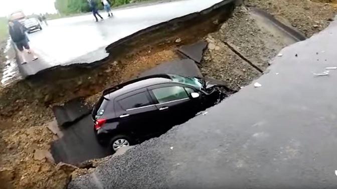 На федеральной трассе «Амур» из-за ливней провалился автомобиль