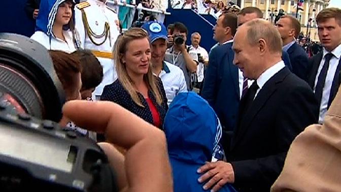 Путин пообщался с пострадавшими от паводка иркутскими семьями после парада ВМФ