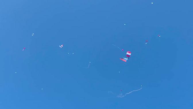 Опубликованы кадры массового прыжка парашютистов в городе-герое Севастополе