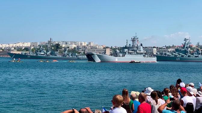 Кадры десантирования БТР из больших десантных кораблей «Азов» и «Цезарь Куников»