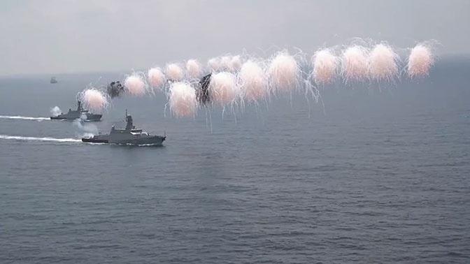 Мощнейшие корабли и авиация: эксклюзивные кадры парада ко Дню ВМФ в Сирии