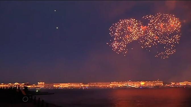 День ВМФ РФ в Петербурге завершился праздничным салютом: видео