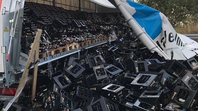Вдребезги: в Германии грузовик потерял на шоссе 10 тысяч бутылок пива