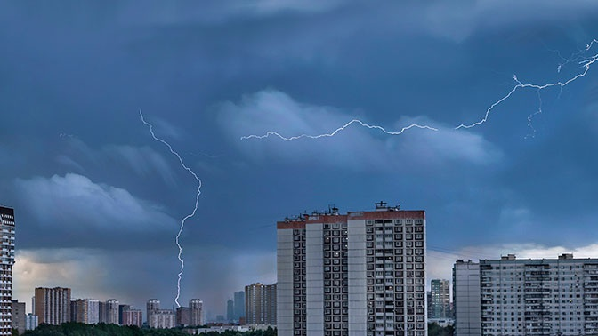 Поваленные деревья и разбитые машины: Москва приходит в себя после шторма