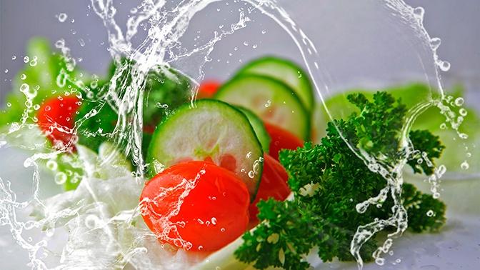 Овощное противостояние: эксперт оценил возможную опасность салата из огурцов и помидоров