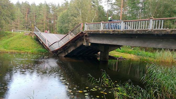 Автомобильный мост обрушился под Псковом
