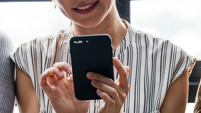 Жительница Омска перепутала смартфон с пистолетом во время селфи