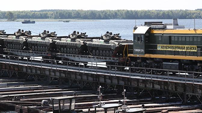 Замминистра обороны РФ наградил военного железнодорожника за мост через Волгу