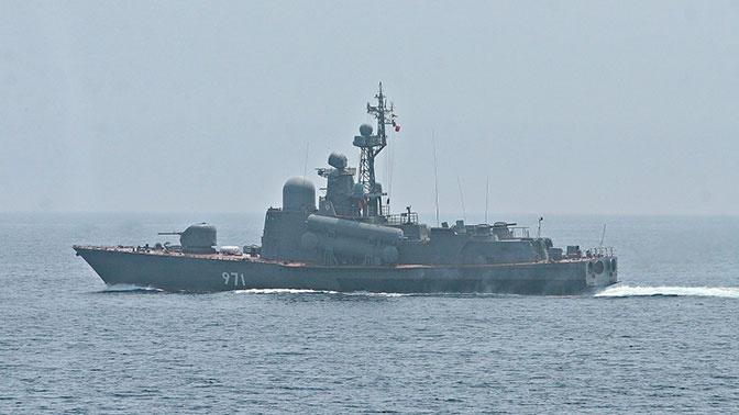 Ракетный катер ВМФ РФ провел артиллерийские стрельбы в Японском море