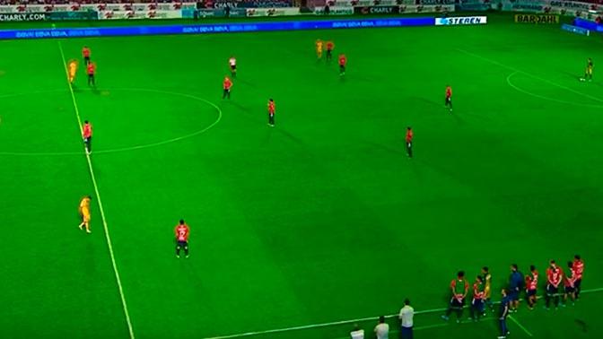 Футболисты просто стояли и смотрели, как им забивают голы: видео