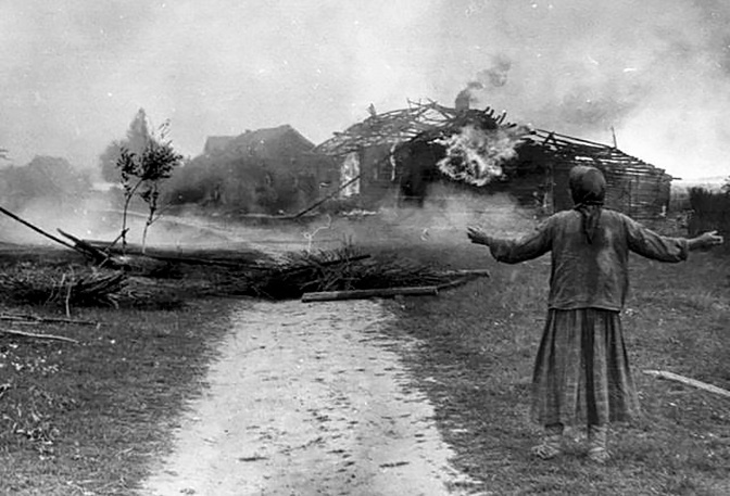 Женщина у сожженного дома во время фашистской оккупации. Западная Украина<figcaption class=
