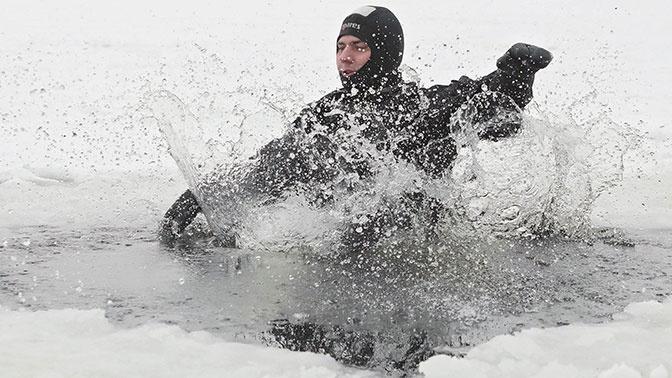 В МЧС дали советы, как выжить, провалившись под лед