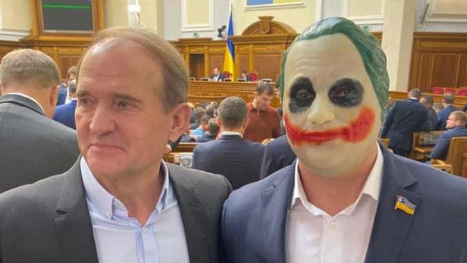Украинский депутат пришел в Раду в костюме Джокера