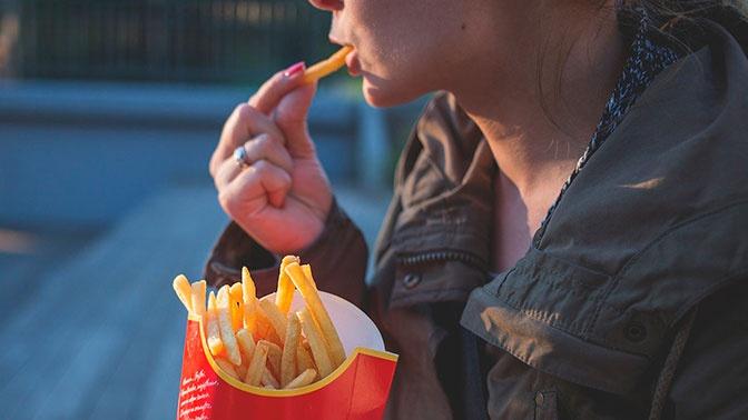 Названы плохие привычки в еде, из-за которых толстеют