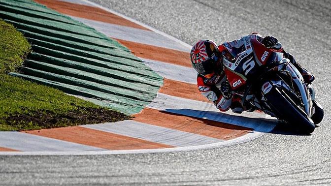 Гонщик попал под несущийся на скорости мотоцикл на MotoGP: видео