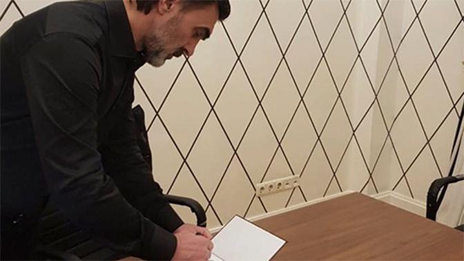 Вячеслав Бутусов подарил участникам кругосветки ВМФ свои альбомы