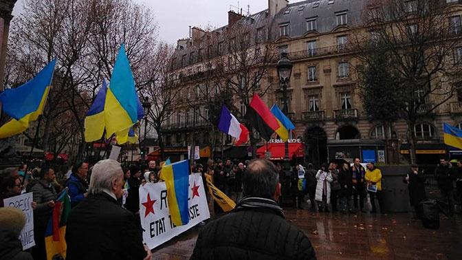 Украинцев с бандеровским флагом забросали яйцами в Париже