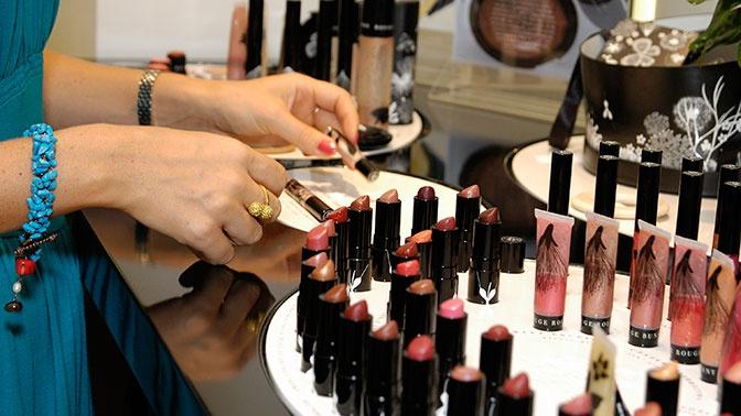 Новогодний шопинг: Роспотребнадзор дал советы по выбору косметики и духов