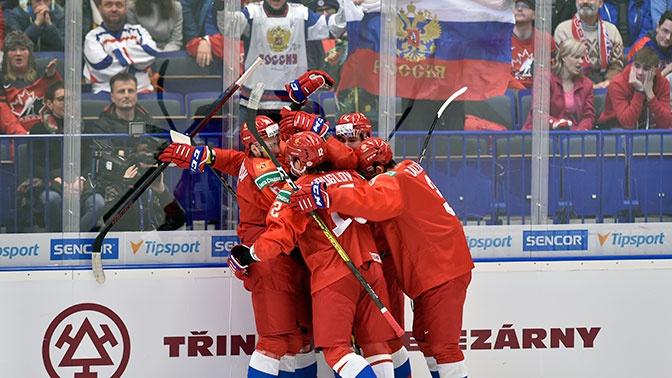 Не снял шлем во время гимна: российские хоккеисты отказались жать руку капитану канадцев