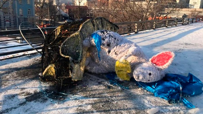 Вандалы сожгли гигантскую фигуру мыши на главной площади Владивостока