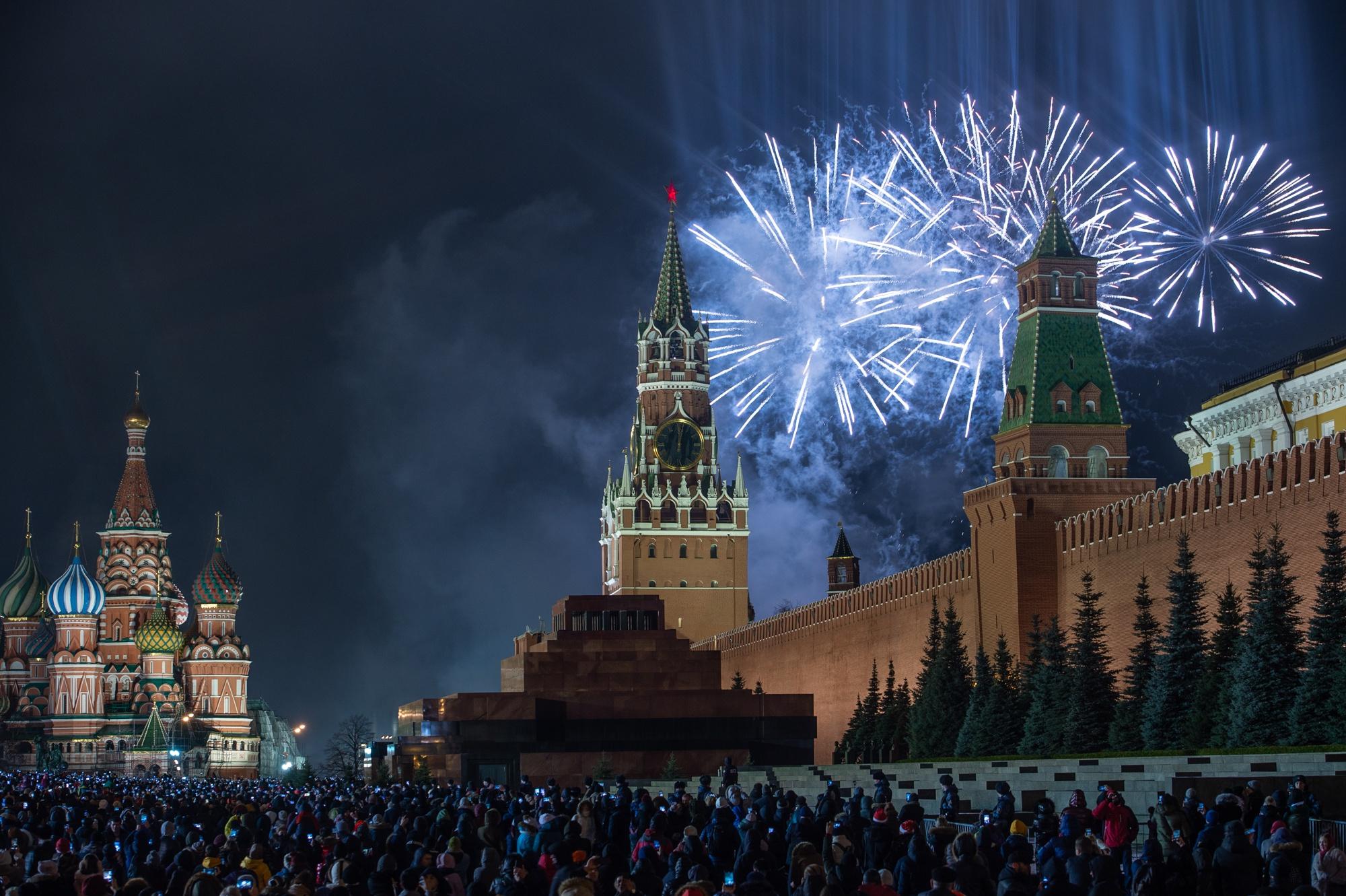 Небо Москвы в новогоднюю ночь озарили 50 тысяч залпов салюта.