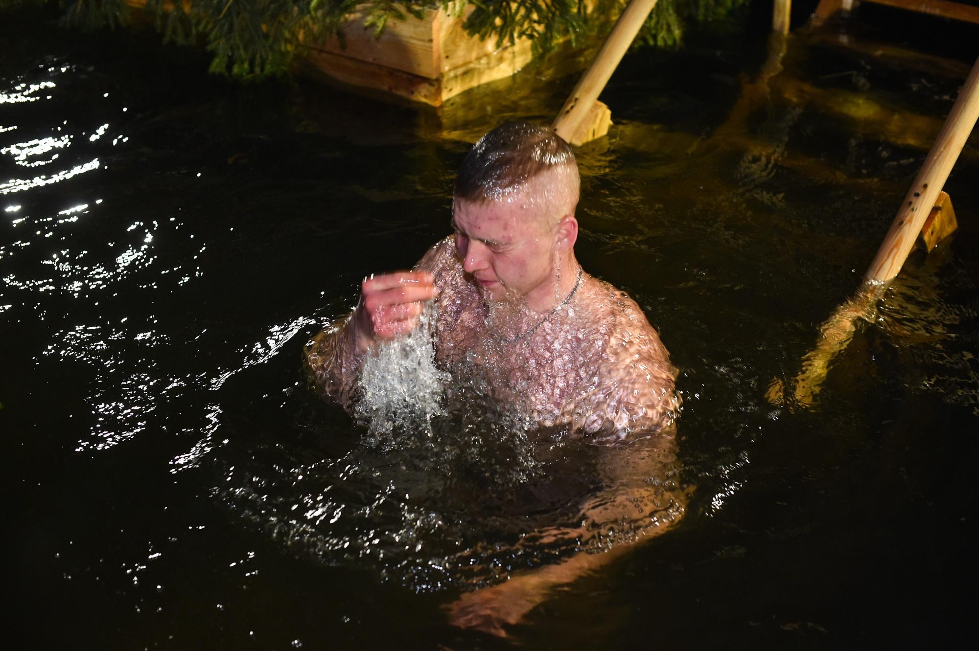 Военнослужащие отдельного полка связи ВДВ и их семьи совершили  омовение в специально оборудованной купели на Медвежьих озерах в Крещение Господне.