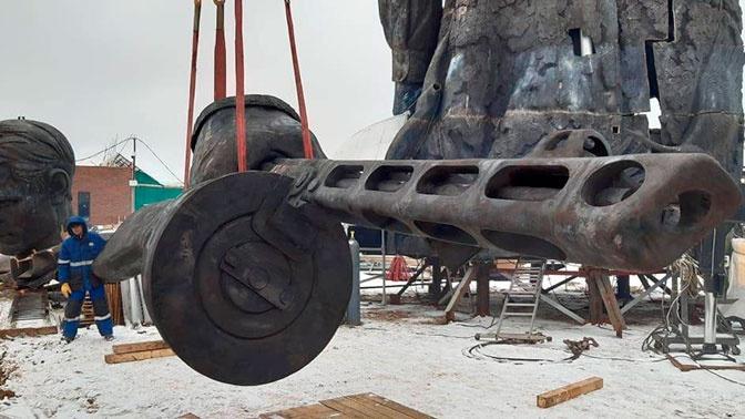 На площадку Ржевского мемориала прибыл 2,5-тонный бронзовый автомат ППШ-41