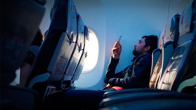 В авиарежиме: раскрыт реальный эффект от выключения гаджетов во время полета